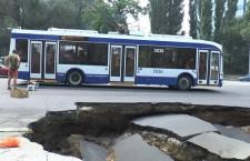 В центре Кишинева обвалился асфальт