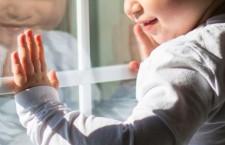 ребенок у окна дети