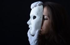 девушка-надевает-на-лицо-белую-маску-1000x667