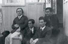 Слева направо — Казимир Малевич, литературовед Владимир Тренин, писатель Теодор Гриц и Николай Харджиев в Немчиновке, 1933 г.